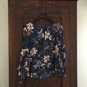 Floral boho top with bell sleeves super chic